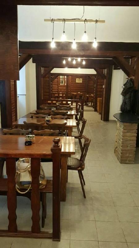 Pohled skrze hlavní část naší restaurace až k baru